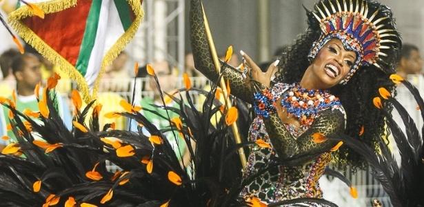8.fev.2013 - O Casal Furacão, como é conhecida a dupla de mestre-sala e porta-bandeira, desfila juntos no Carnaval paulista há 22 anos