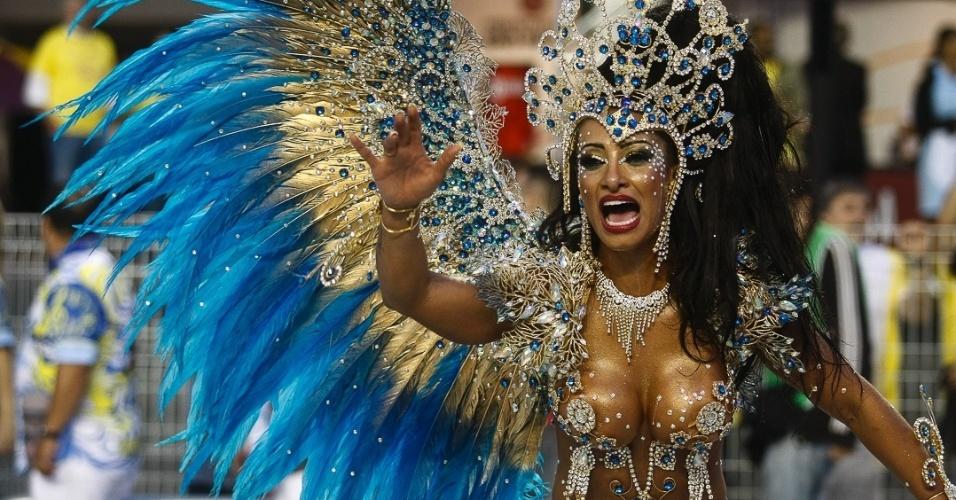 8.fev.2013 - A madrinha da bateria da Águia de Ouro, Cinthia Santos, se apresenta na avenida