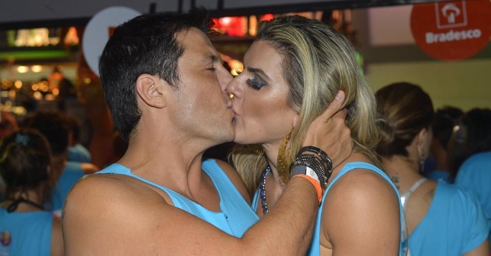 8.fev.2013 - O humorista Wellington Muniz, o Ceará, beija a mulher, Mirella Santos, no camarote Planeta Band, em Salvador