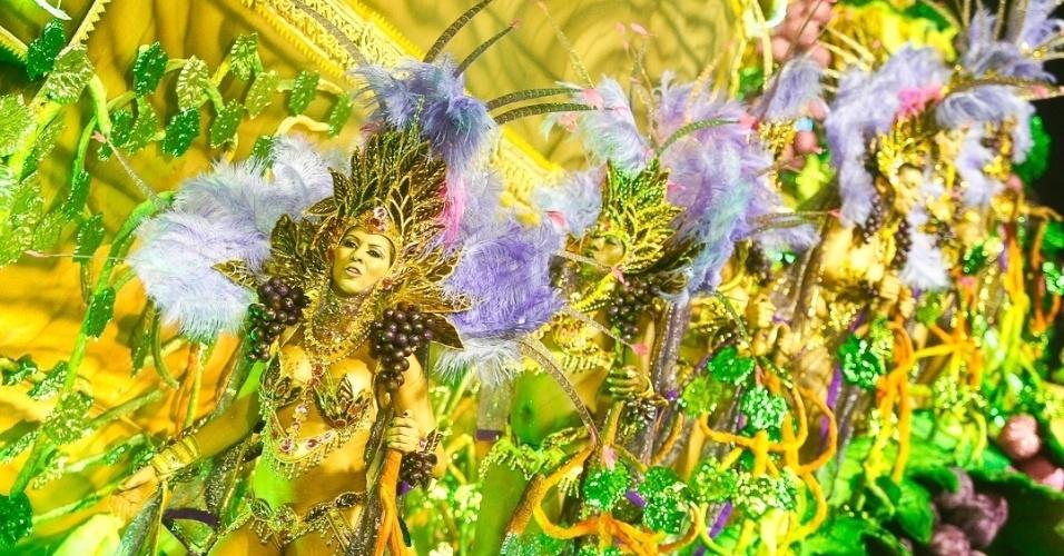 9.fev.2013 - O samba-enredo A Vai-Vai cantou a história do vinho. A escola foi a quarta a passar pelo Sambódromo do Anhembi em São Paulo.