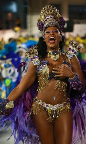 9.fev.2013 - Camila Silva a rainha da bateria da Vai-Vai, canta emocionada o enredo que fala a história do vinho. A escola foi a quarta a passar pelo Anhembi em São Paulo