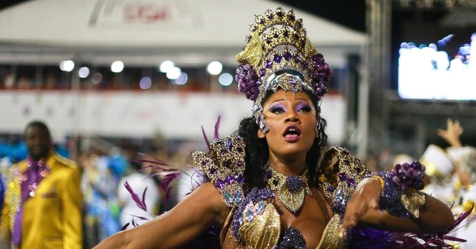 9.fev.2013 - Camila Silva a rainha da bateria da Vai-Vai dançou no Sambódromo do Anhembi em São Paulo. A escola foi a quarta a desfilar