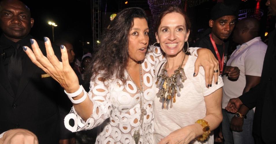 8.fev.2013 - Regina Cazé e Flora Gil posa para fotos no camarote Skol, em Salvador