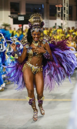 9.fev.2013 - Sambando, Camila Silva a rainha da bateria da Vai-Vai agita multidões do Anhembi em São Paulo.