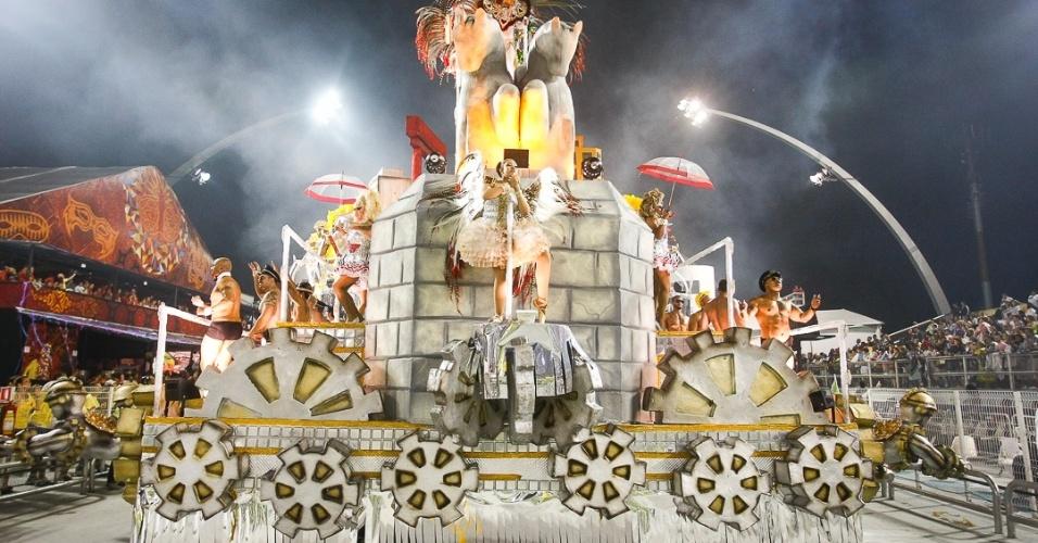 9.fev.2013 - Um carro representando a diversidade sexual e de raças de São Paulo revelou símbolos da capital, como o Copan e o Masp