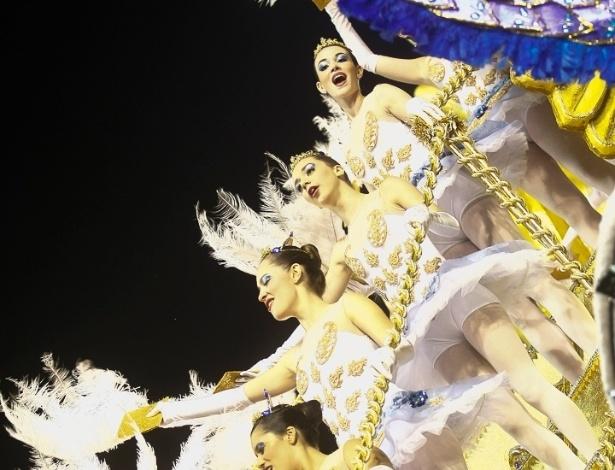 """8.fev.2013 - Depois de muita chuva na capital paulista, a Acadêmicos do Tatuapé ganhou o Sambódromo do Anhembi com o enredo """"Beth Carvalho, a Madrinha do Samba"""""""