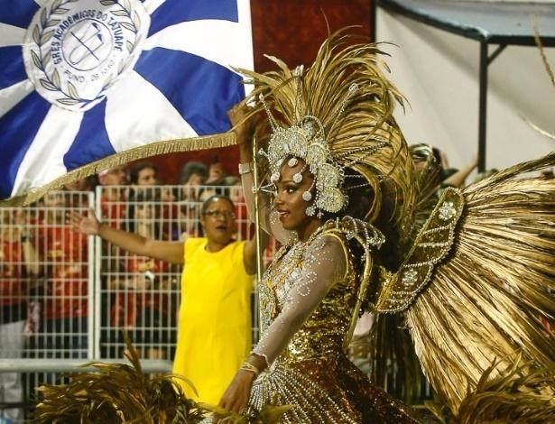 8.Fev.2013 - Diego e Jussara, primeiro casal de mestre-sala e porta-bandeira da Acadêmicos do Tatuapé, vieram à frente do carro abre-alas da escola