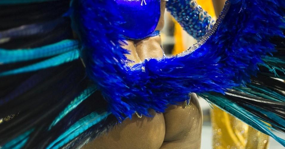 8.fev.2013 - Passista samba ao som do enredo