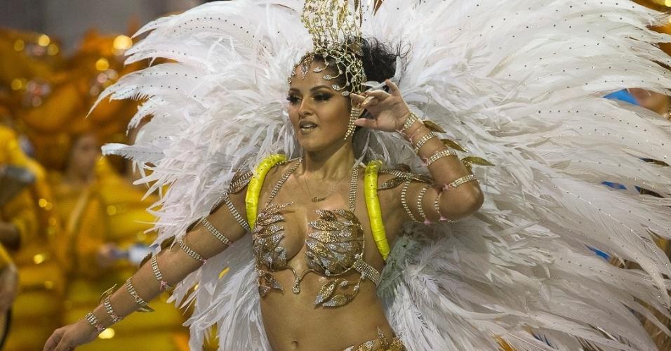 8.fev.2013 - A rainha de bateria Thainá Souza, de 17 anos, samba ao som do enredo da Acadêmicos do Tatuapé, vice-campeã do Acesso em 2012