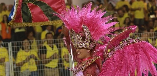 8.Fev.2013 - Casal de mestre-sala e porta-bandeira da Acadêmicos da Tatuapé se apresenta com fantasias verde e rosa, cores da Mangueira, escola do coração de Beth Carvalho, homenageada do desfile