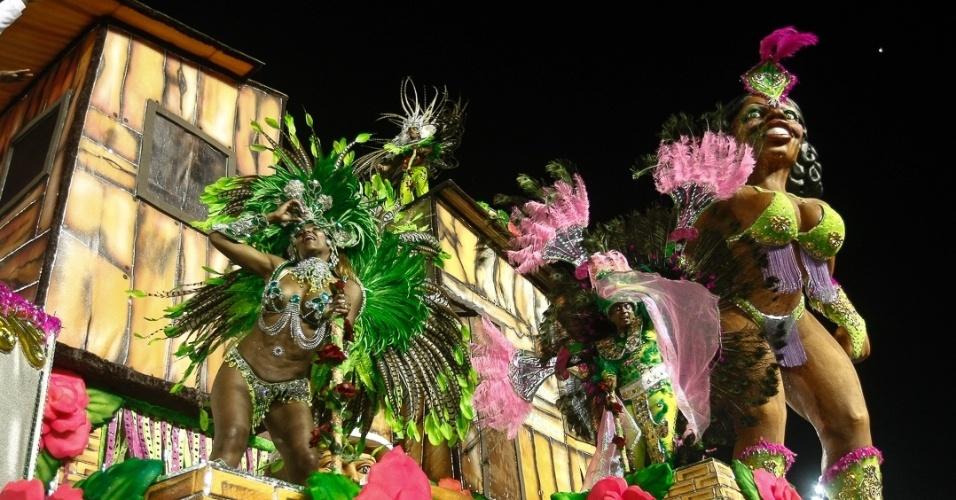 8.fev.2013 - Carro da Acadêmicos da Tatuapé representa a Mangueira, escola carioca do coração de Beth Carvalho, homenageada do desfile