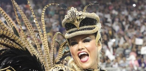 9.fev.2013 - A rainha Ellen Roche se apresenta à frente da bateria da Rosas de Ouro, segunda escola a ocupar o Sambódromo do Anhembi no primeiro dia de desfiles em São Paulo. Depois da apresentação, Ellen se disse contente e afirmou