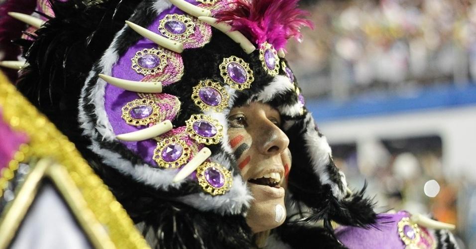9.fev.2013 - As festividades na Nova Polinésia foram as primeiras manifestações populares a serem destacada no carnaval da Rosas de Ouro, que homenageou festas populares de todo o mundo