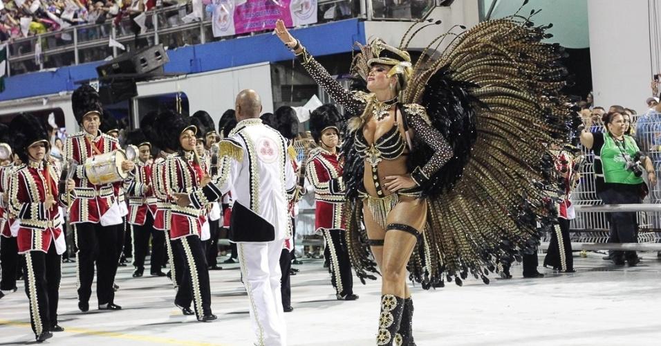 """9.fev.2013 - A rainha Ellen Roche se apresenta à frente da bateria da Rosas de Ouro, segunda escola a ocupar o Sambódromo do Anhembi no primeiro dia de desfiles em São Paulo. Depois da apresentação, Ellen se disse contente e afirmou """"Até a chuva parou para eu desfilar"""""""
