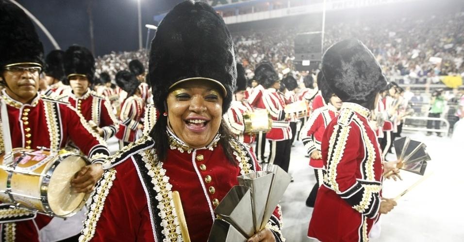9.fev.2013 - A bateria da Rosas de Ouro entrou na avenida representando a guarda da rainha Elizabeth. A escola foi a segunda a desfilar no primeiro dia do Carnaval de São Paulo