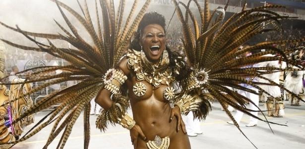 9.fev.2013 - Passista da Rosas de Ouro samba durante o desfile da escola, que apresentou festas folclóricas de diversas partes do mundo