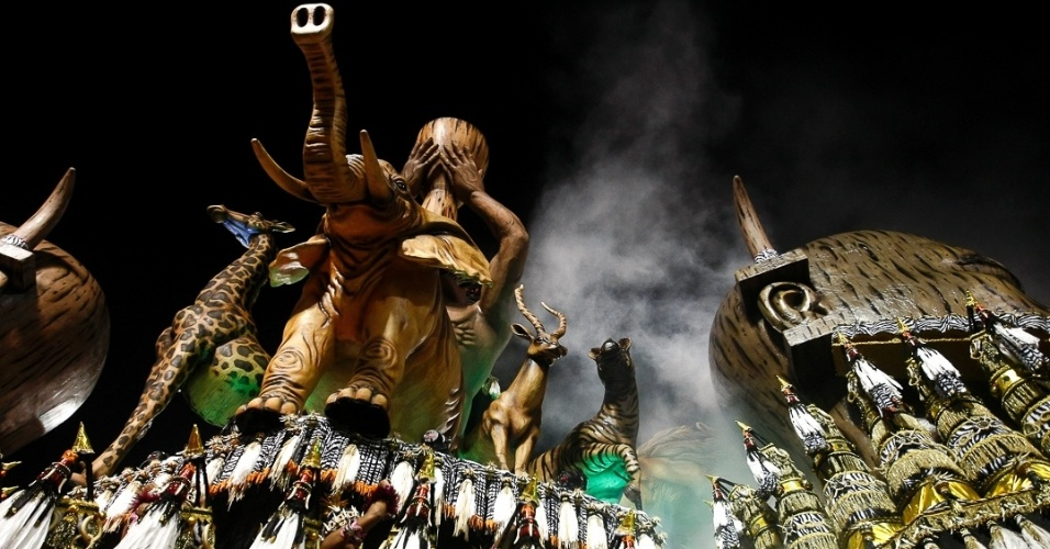 """9.fev.2013 - O carro abre-alas mostrou tambores usados em rituais de guerreiros zulus e recebeu o nome de """"Tributo Africano"""""""