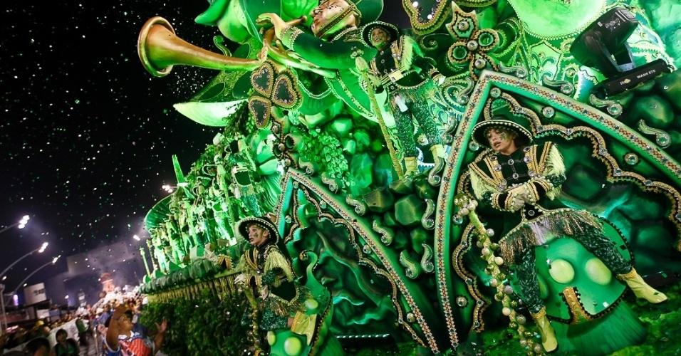 9.fev.2013 - Durante o desfile da Rosas de Ouro, os foliões no Anhembi puderam testemunhar as mais diversas celebrações no mundo, incluindo o Dia de São Patrício, tradicional celebração irlandesa