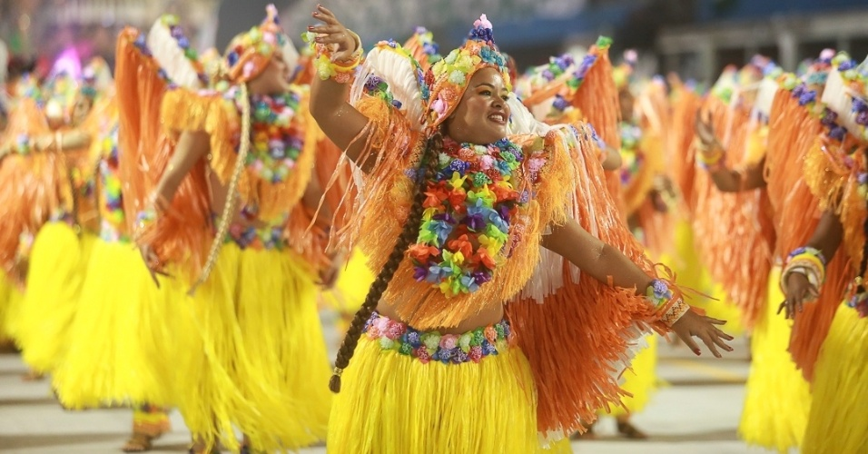 9.fev.2013 - Segunda escola a desfilar no primeiro dia do Carnaval paulista, a Rosas de Ouro apresentou festas folclóricas de diversas partes do mundo