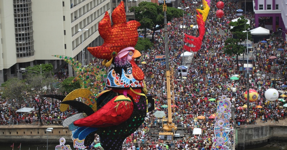 9.fe.2013 - Bloco O Galo da Madrugada tem público de 2,5 milhões nas ruas de Recife