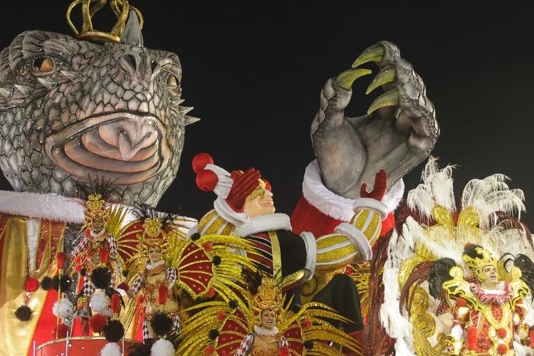9.fev.2012 - A Dragões da Real tem 3.200 integrantes divididos em 26 alas e cinco carros alegóricos. A agremiação foi a sexta escola a passar pelo Sambódromo do Anhembi, em São Paulo