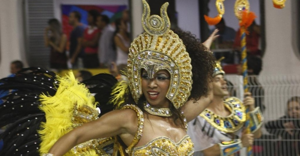 10.fev.2013 - A apresentadora e atriz Adriana Lessa encarna uma deusa grega no desfile da escola de samba Vai-Vai