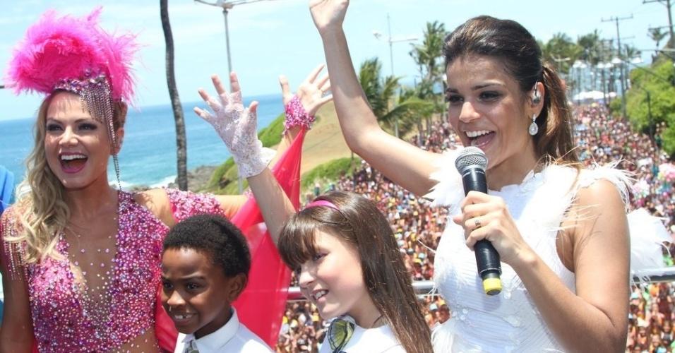 9.fev.2013 - A apresentadora Eliana, a cantora Mari Antunes, do Babado Novo, e os atores-mirins Jean Paulo e Larissa Manoela, de