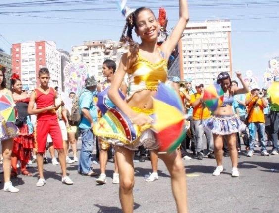 9.fev.2013 - O Galo da Madrugada conta com passistas, bonecos gigantes e carros alegóricos para animar o desfile