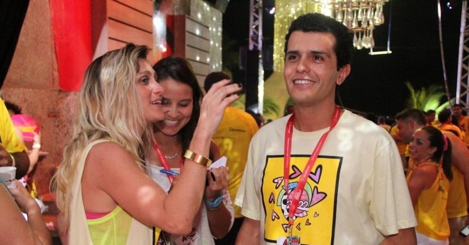 9.fev.2013 - A diretora de Amora Mautner com o namorado e também cineasta Guilherme Coelho durante o Carnaval em Salvador no circuito Barra/Ondina