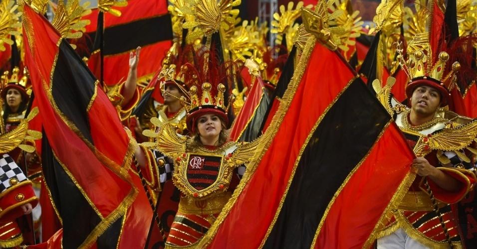 9.fev.2013 - Ala da Águia de Ouro faz menção ao Flamengo, time do coração de João Nogueira, homenageado da escola paulistana
