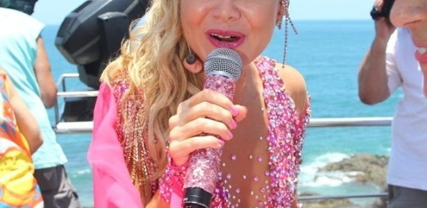 9.fev.2013 - Animada, Eliana encerra sua participação no Happy, durante o Carnaval de Salvador