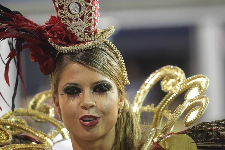 """9.fev.2013 - Cacau Colucci, passista da Dragões da Real, disse que não fica """"sem comer"""". A escola foi a sexta a passar pelo Sambódromo do Anhembi, em São Paulo"""