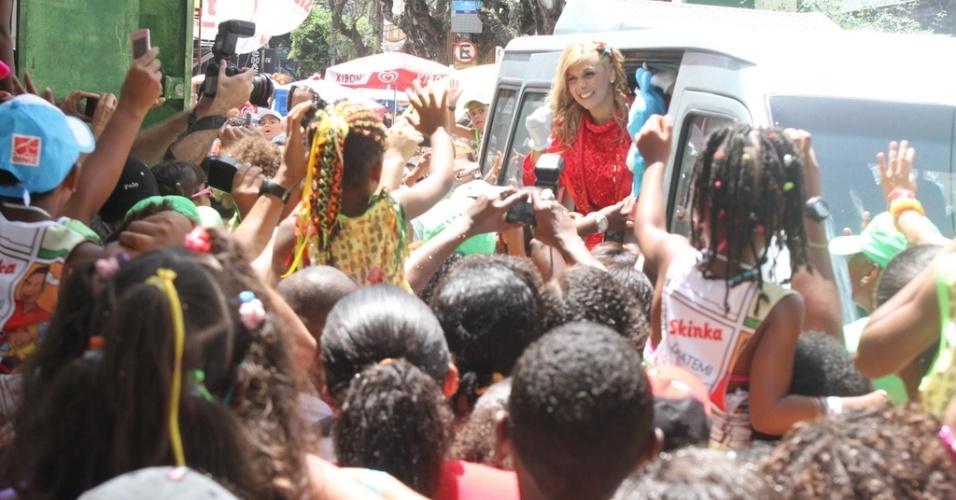 9.fev.2013 - Carla Perez agradece aos fãs pela recepção calorosa, no Carnaval de Salvador