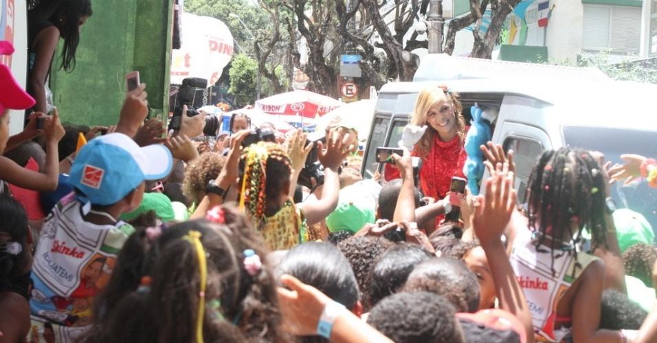 9.fev.2013 - Com o personagem Sansão, da Turma da Mônica, nas mãos, Carla Perez chega para agitar os fãs infantis no bloco Algodão Doce, no circuito Campo Grande, em Salvador