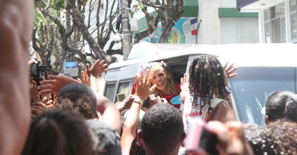 9.fev.2013 - Carla Perez é cercada por fãs na sua chegada ao bloco Algodão Doce
