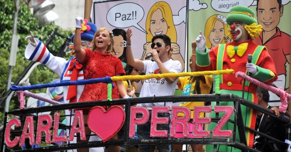 9.fev.2013 - Carla Perez comanda o bloco infantil Algodão Doce em Salvador