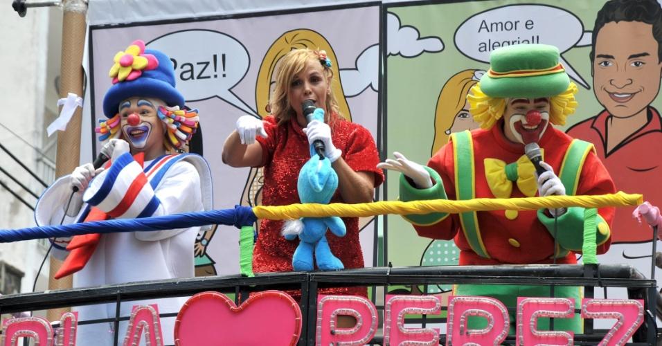 9.fev.2013 - Carla Perez comanda o bloco infantil Algodão Doce em Salvador e recebe a dupla Patati Patatá