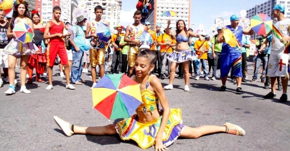 9.fev.2013 - Os foliões seguem o bloco pelas ruas da capital pernambucana em ritmo de frevo
