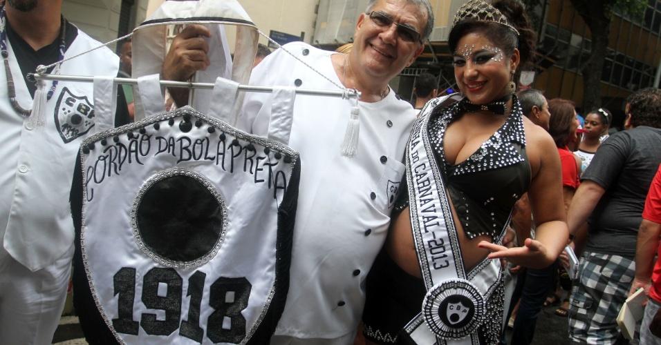 9.fev.2013 - Pedro Ernesto Marinho, presidente do Cordão da Bola Preta, com a Rainha do bloco, Desirré de Oliveira, grávida de cinco meses