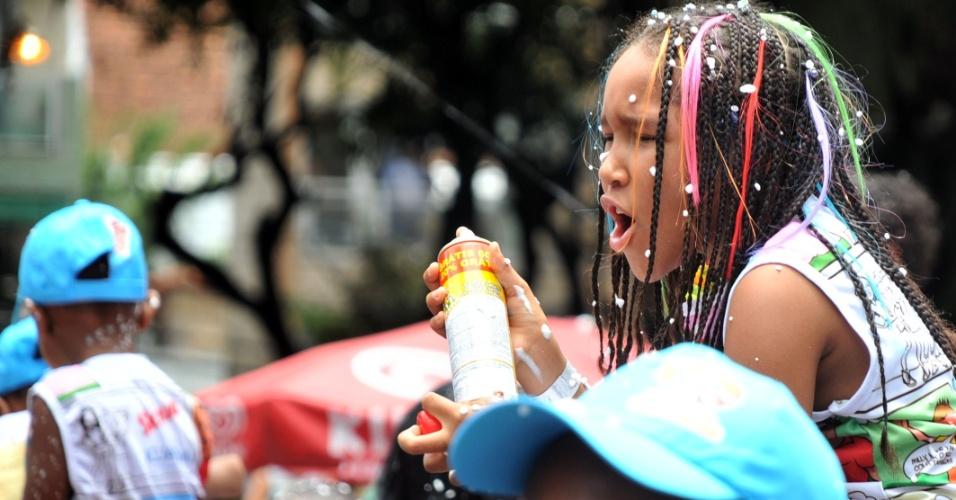 9.fev.2013 - Criança brinca durante bloco Algodão Doce, liderado por Carla Perez, em Salvador