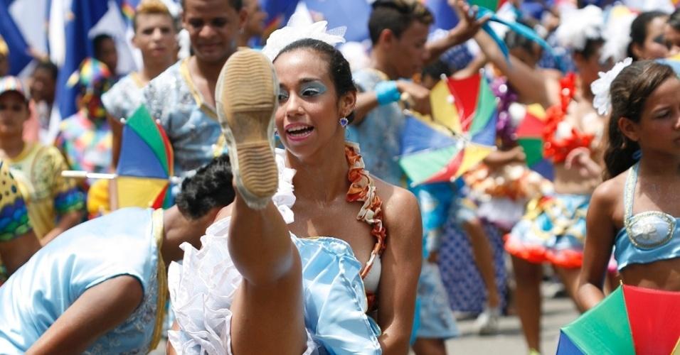 9.fev.2013 - Dançarina de frevo faz acrobacias durante o Carnaval do bloco O Galo da Madrugada em Recife