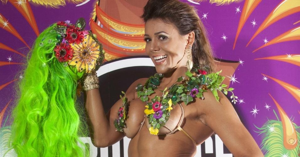 9.fev.2013 - Ex-participante do BBB, Fabiana Oliveira se prepara para o desfile da Tom Maior