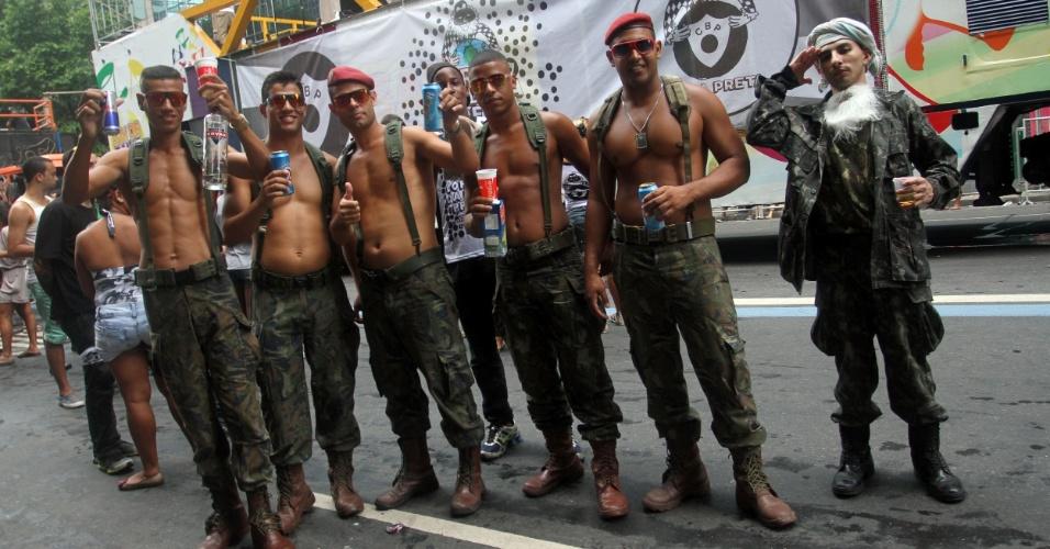 9.fev.2013 - Fantasiados de soldados do exército, foliões desfilam no Cordão da Bola Preta, no Rio