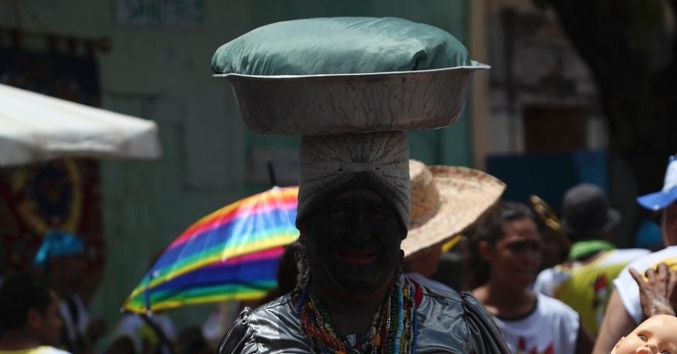 9.fev.2013 - Folião fantasiado com lata d'água na cabeça se destaca no bloco Galo da Madrugada em Recife