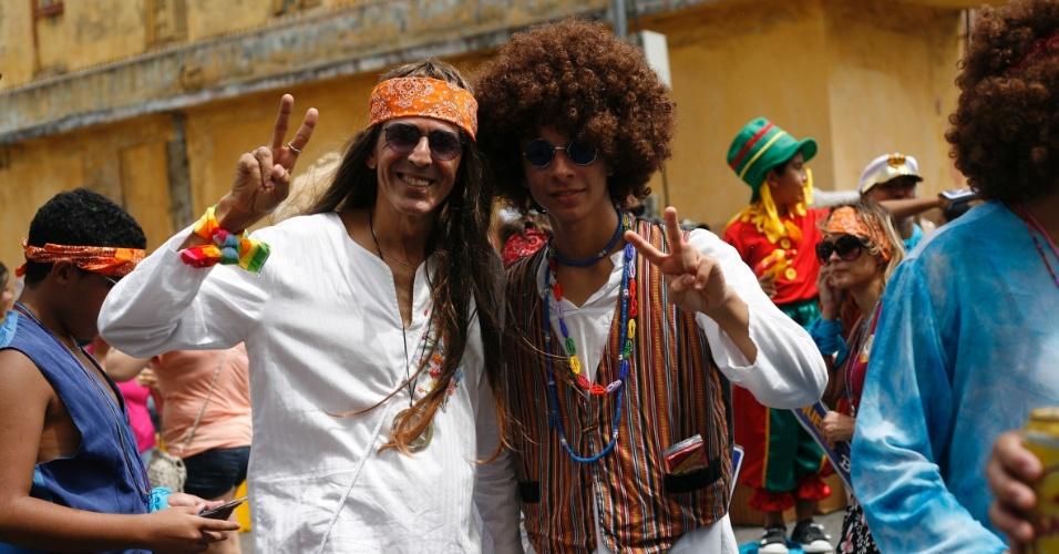 9.fev.2013 - Foliões fantasiados de hippie pedem paz e amor no bloco O Galo da Madrugada em Recife