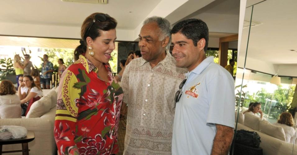 9.fev.2013 - Gilberto Gil, Narcisa Tamborindeguy e ACM Neto em almoço na casa do cantor baiano, em Salvador