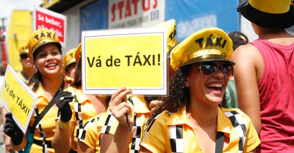 9.fev.2013 - Grupo de mulheres se fantasia de motoristas de táxi no bloco O Galo da Madrugada em Recife