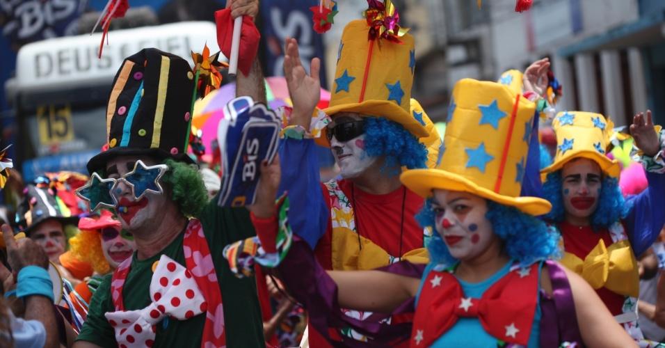 9.fev.2013 - Grupo fantasiado de palhaços pula Carnaval em meio a multidão de 2,5 mil pessoas no bloco O Galo da Madrugada em Recife