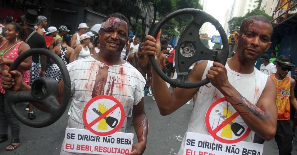 9.fev.2013 - Homens fazem alerta para direção segura no Cordão da Bola Preta, no Rio