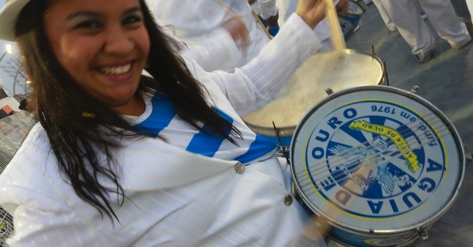 9.Fev.2013 - Integrante bateria da Águia de Ouro, que encerrou o primeiro dia de desfiles em São Paulo com uma homenagem ao sambista João Nogueira